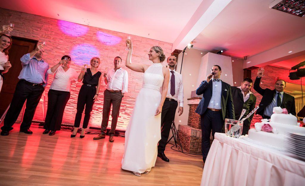 ceremóniamester-budapest-esküvő-óbudai-rendezvényház-pezsgo