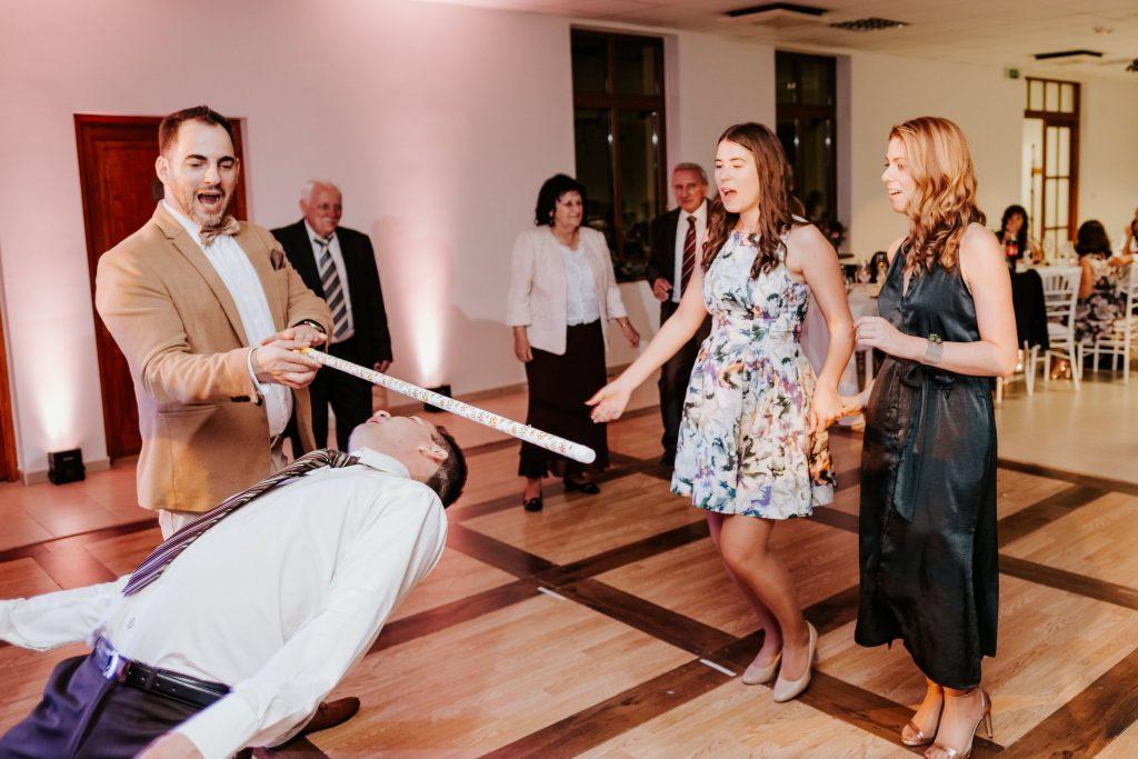 Aki átbújik a léc alatt: Esküvő Soltvadkerten és Bócsán. Ceremóniamester Ceró Barna László Budapest