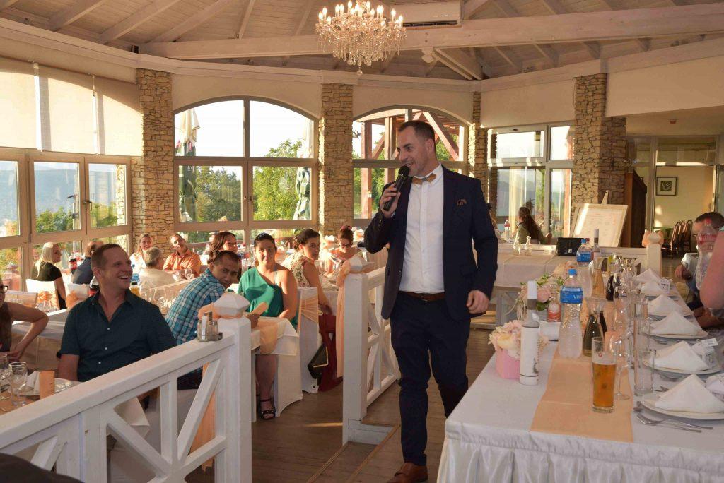 Esküvő Visegrádon a Dunakanyarban, a Nagyvillám étteremben. Ceremóniamester Barna László Ceró